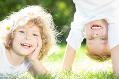 Het gelukkige kinderen spelen Stock Foto's
