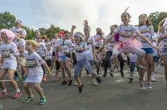 Het gelukkige kinderen springen stock foto