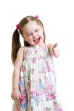 Het gelukkige kindmeisje met handen beduimelt omhoog Royalty-vrije Stock Foto's