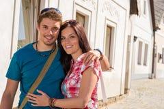 Het gelukkige liefdepaar omhelzen die in stad glimlacht Royalty-vrije Stock Foto's