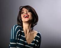 Het gelukkige luid lachen met brede open mond jonge vrouw met shor stock fotografie