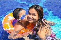 Het gelukkige Mamma van de jongenskus in de pool Royalty-vrije Stock Foto's