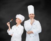 Het gelukkige mannelijke chef-kokkok denken stock afbeelding