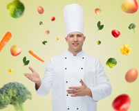 Het gelukkige mannelijke chef-kokkok uitnodigen Stock Afbeelding