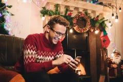 Het gelukkige mannetje maakt een aankoop op Internet via een telefoon royalty-vrije stock afbeelding