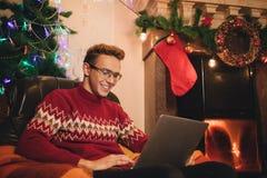 Het gelukkige mannetje maakt een aankoop op Internet via laptop royalty-vrije stock foto's