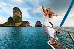 Het gelukkige meisje aan boord van varend jacht heeft een pret stock afbeelding