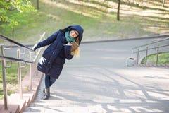 Het gelukkige meisje bevindt zich door het traliewerk stock fotografie