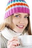 Het gelukkige Meisje dat van de Winter hete thee drinkt Stock Fotografie