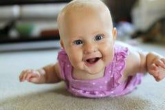 Het gelukkige Meisje die van de 6 Maand oude Baby leren te kruipen Royalty-vrije Stock Foto's