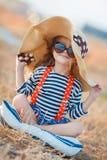 Het gelukkige meisje in een grote hoed Stock Foto