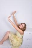 Het gelukkige meisje een portretzitting royalty-vrije stock afbeelding