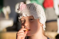 Het gelukkige meisje eet aardappel Royalty-vrije Stock Fotografie