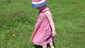 Het gelukkige meisje gaat op groen gras op weide stock video