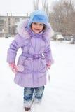 Het gelukkige meisje geniet van sneeuw Stock Foto