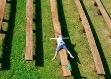 Het gelukkige meisje geniet zich van op het gras Stock Foto's