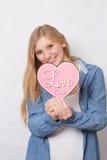 Het gelukkige meisje houdt hart Royalty-vrije Stock Afbeelding