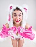 Het gelukkige meisje in konijnkostuum voelt opgewekt en toont duimen Royalty-vrije Stock Fotografie