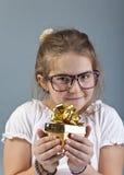 Het gelukkige meisje krijgt een nieuw stuk speelgoed Royalty-vrije Stock Afbeeldingen