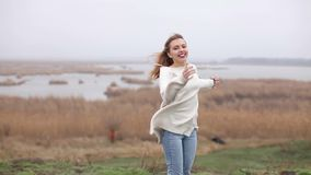 Het gelukkige meisje lachen stock video