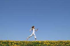 Het gelukkige meisje lopen Stock Foto's
