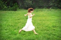 Het gelukkige meisje lopen Stock Afbeelding
