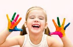 Het gelukkige meisje met dient verf in stock afbeeldingen