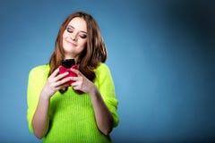 Het gelukkige meisje met mobiele telefoon leest bericht Royalty-vrije Stock Afbeeldingen