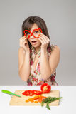 Het gelukkige meisje met peper kijkt Stock Foto's