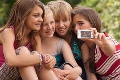 Het gelukkige meisje neemt een beeld Stock Foto's