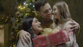 Het gelukkige Meisje neemt Kerstmis Huidig van Ouders stock video