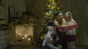 Het gelukkige Meisje neemt Kerstmis Huidig van Ouders stock videobeelden