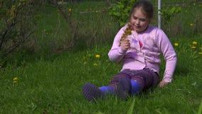 Het gelukkige meisje plukt de bloem en ruikt het Langzaam-Mo stock videobeelden