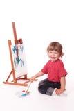 Het gelukkige meisje schilderen op schildersezel Stock Afbeelding