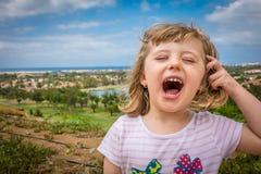 Het gelukkige meisje schreeuwen Royalty-vrije Stock Foto's