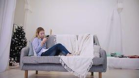 Het gelukkige meisje schrijft berichten op smartphone stock video