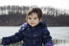 Het gelukkige meisje spelen bij meer Sumarice stock foto's