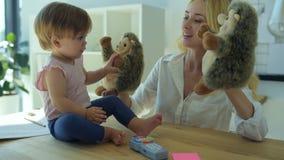 Het gelukkige meisje spelen met egels stock video