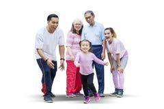 Het gelukkige meisje spelen met haar familie op studio royalty-vrije stock afbeelding