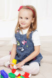 Het gelukkige meisje spelen met speelgoed Stock Afbeelding