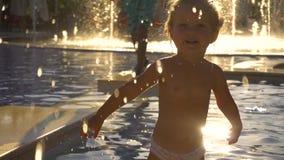 Het gelukkige meisje spelen in zwembad stock video