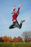 Het gelukkige meisje springen van vreugde Royalty-vrije Stock Fotografie