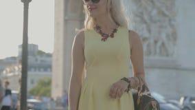 Het gelukkige meisje stellen dichtbij Arc de Triomphe stock video