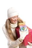Het gelukkige meisje van het portret met een gift Stock Foto