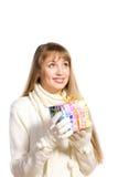 Het gelukkige meisje van het portret met een gift stock fotografie