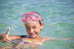 Het gelukkige meisje zwemt Stock Afbeelding