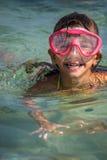 Het gelukkige meisje zwemt Stock Foto's