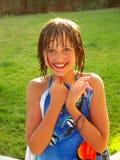 Het gelukkige meisje zwemt binnen kostuum met blauwe handdoek Royalty-vrije Stock Afbeeldingen