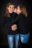 Het gelukkige meisjes fluisteren Stock Afbeeldingen