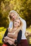Het gelukkige meisjes koesteren Stock Foto